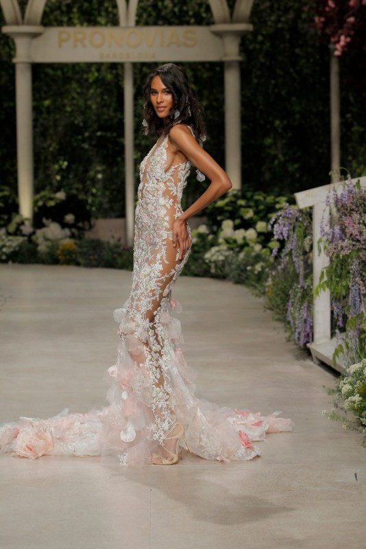 Már a Pronovias is a merészebb vágyakat is kiszolgálja esküvői ruhák terén II rész - Ceremóniamester ajánlja