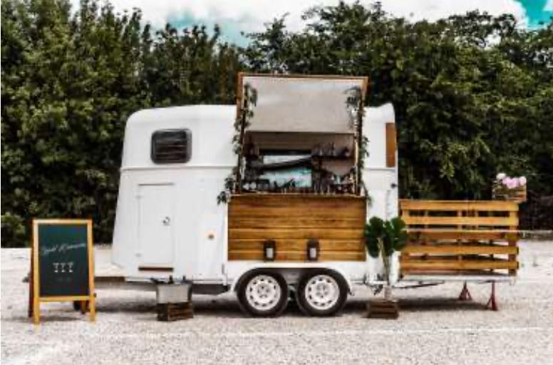 A  cocktail bárrá alakított lovas trailer Extravagáns élményt biztosít - Ceremóniamester ajánlja