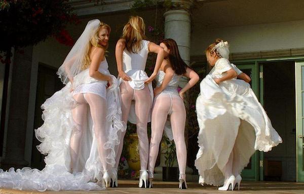 legújabb trend - koszorúslányok megmutatják a popsijukat - ceremóniamester ajánlja