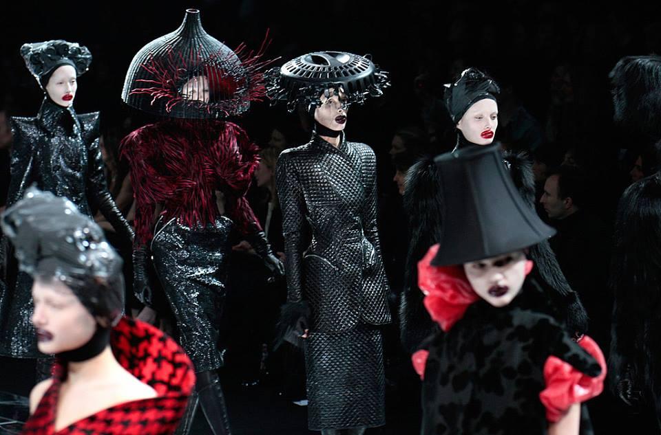 Divatbemutatókról ollózva 6. - Alexander McQueen -  Ceremóniamester ajánlja